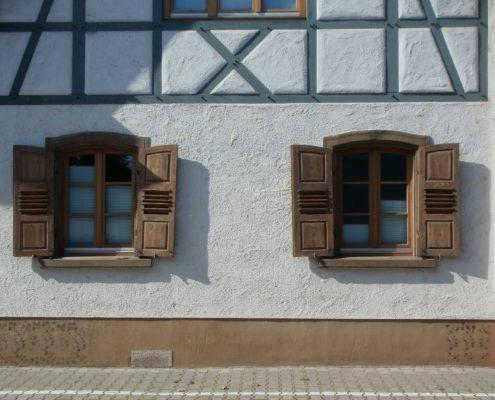 Pose de chassis en bois sur cette habitation typique du Brabant Wallon